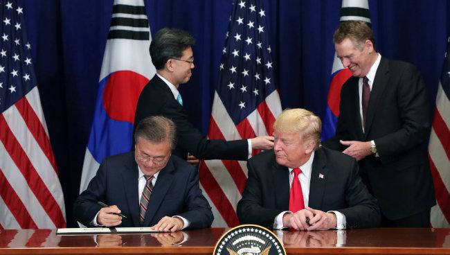 문재인 대통령과 도널드 트럼프 미국 대통령이 9월 24일 뉴욕에서 한미 FTA 협정문에 서명하고 있다. [원대연 동아일보 기자]