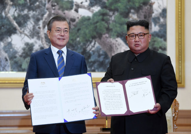 9월 19일 문재인 대통령과 김정은 북한 국무위원장이 평양 정상회담 후 서명한 평양공동선언을 펼쳐보이고 있다. [동아DB]