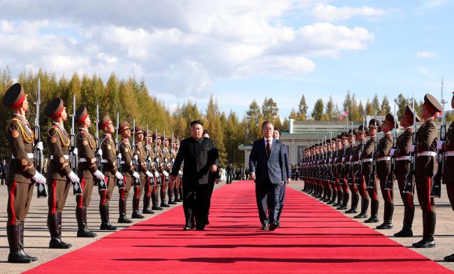 문재인 대통령 내외가 9월 20일 북한 삼지연공항에서 김정일 국무위원장 내외의 환송을 받으며 공군2호기에 오르고 있다. [동아DB]