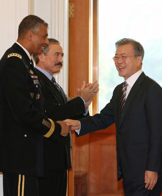 11월 5일 청와대에서 문재인 대통령과 브룩스 주한 미군사령관이 악수하고 있다. [동아DB]