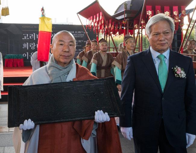경판을 든 해인사 향적스님과 배기동 국립중앙박물관 관장이 함께 걷고 있다.
