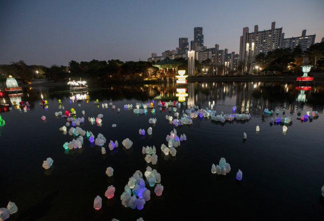 수십 개의 소원등이 거울못을 메웠다. 다채로운 꿈의 향연도 흘러간다.