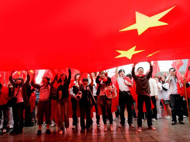 2008년 4월 27일 베이징 올림픽을 맞아 서울에서 성화봉송 당시 중국 학생들이 모여서 국기를 흔들고 있다. [AP=뉴시스]