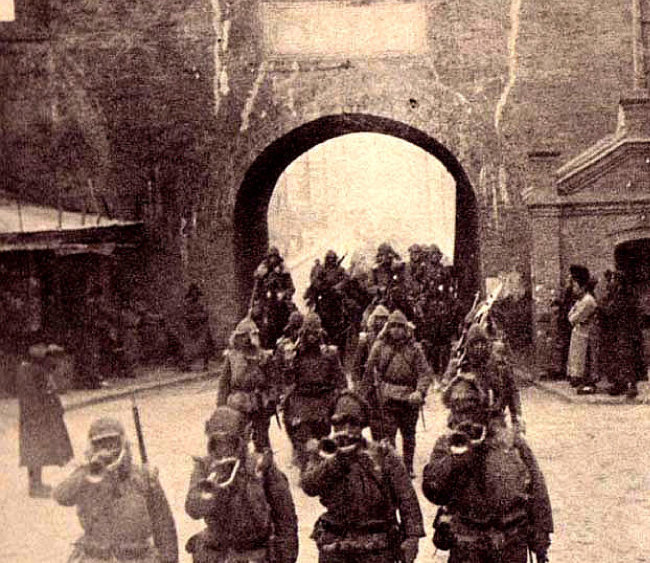 일본군의 만주 침공. 일본군이 1931년 9월 18일 선양 을 행진하고 있다. [위키피디아]