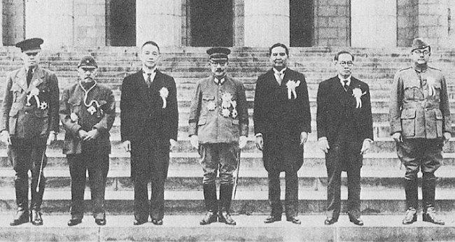 1943년 11월 5일 대동아회의에 참가한 각국 수뇌부가 일본 제국의회 의사당 앞에서 기념 촬영을 했다. 왼쪽부터 바 마우, 장징휘, 왕징웨이, 도조 히데키, 완 와이타야쿤, 호세 라우렐, 수바스 찬드라 보스. [위키피디아]