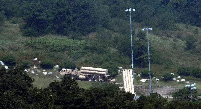 2017년 9월 8일 주한미군이 경북 성주 사드기지에서 발사대 배치 작업을 위해 차량을 이동하고 있다.