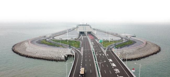 중국 광둥성 주하이와 마카오를 잇는 강주아오대교가 10월 23일 개통됐다. [신화=뉴시스]