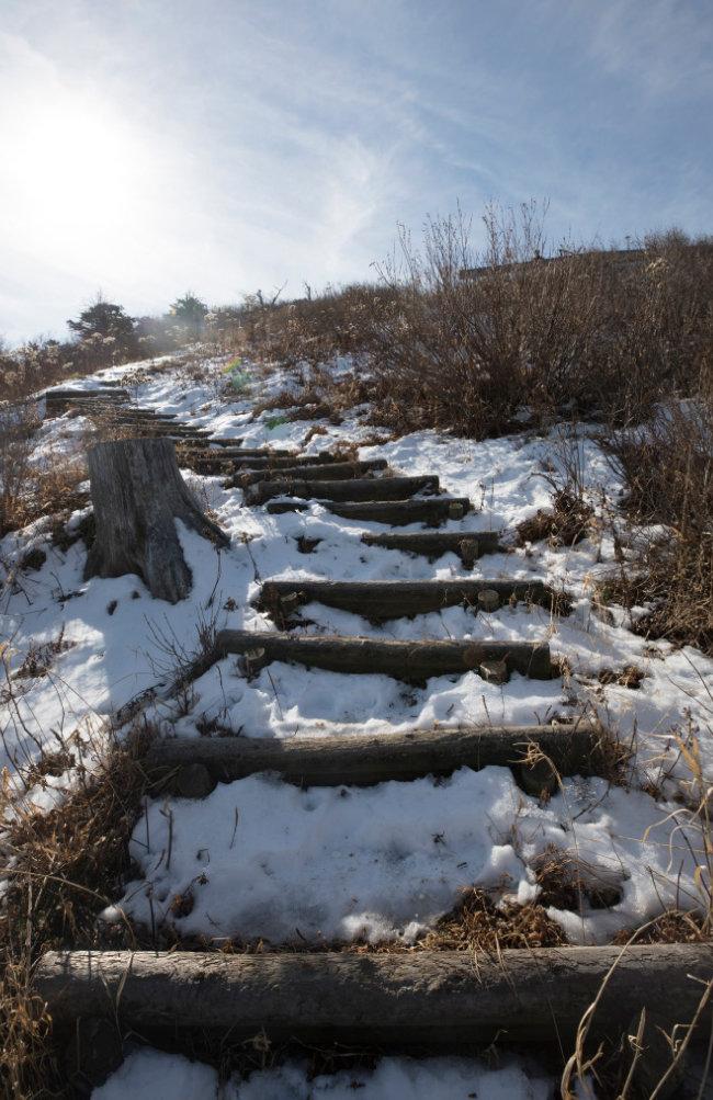 겨울이 왔음을 알려주는 눈 쌓인 등산로