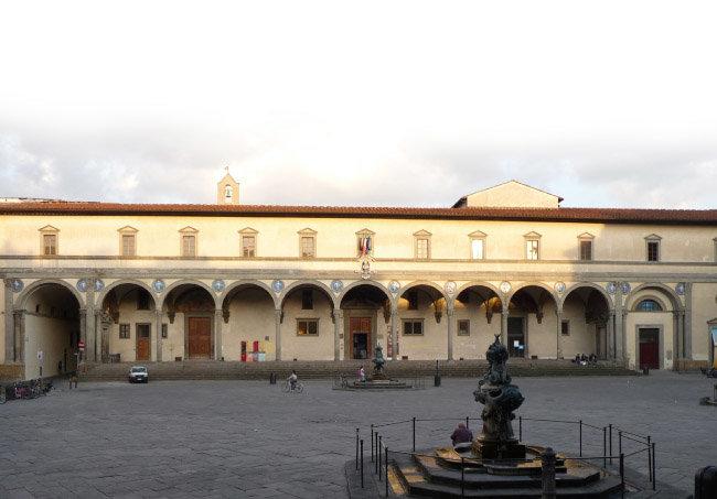 1419년에 설계된 유럽 최초의 고아원 인노첸티. 1445년부터 공식적으로 고아원으로 사용됐으며, 현재는 아이들을 돕는 기관과 작은 박물관이 들어서 있다. [위키피디아]