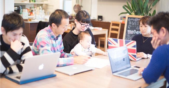 일본 월포워드사의 사무실에서 나루세 다쿠야 대표(왼쪽 두 번째)가 아이를 데려온 직원과 함께 일하고 있다. [사진제공·월포워드]