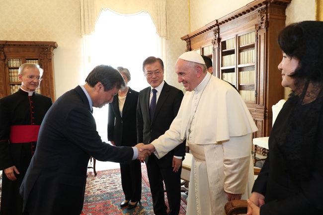 도종환 장관이 2018년 10월 18일 문재인 대통령과 함께 바티칸 교황청에서 프란치스코 교황과 인사를 나누고 있다. [동아DB]