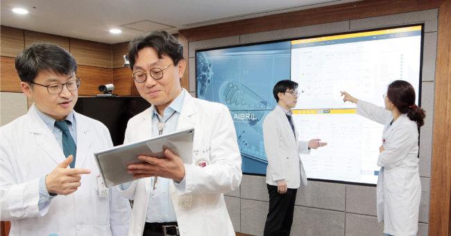 고대의료원 의료진이 인공지능 항생제 처방 프로그램인 3A 활용에 대해 상의하고 있다. [사진제공·고대의료원]