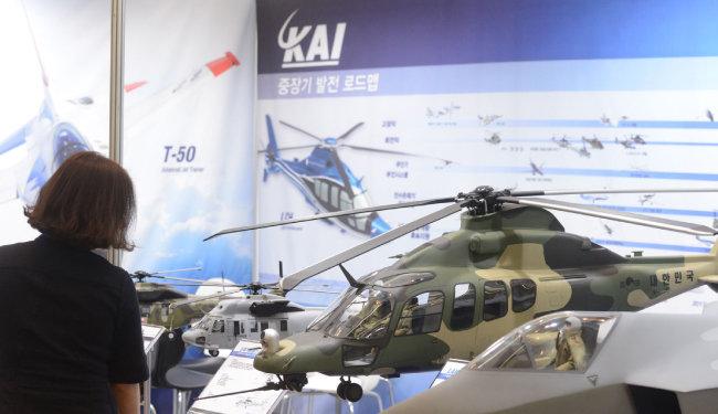 2017년 7월 20일 서울 강남구 코엑스에서 열린 '2017 국방 과학기술 대제전' KAI(한국항공우주산업) 부스에 한국형 기동헬기 수리온 모형이 전시돼 있다. [뉴시스]