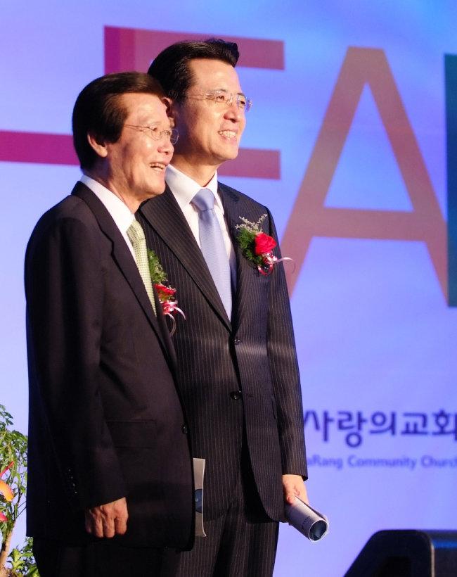 2008년 사랑의교회 30주년 예배에서 故 옥한흠 목사와 오정현 목사가 함께 한 모습.