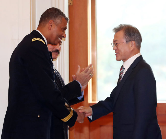 문재인 대통령이 2018년 11월 5일 청와대에서 이임을 앞둔 빈센트 브룩스 주한미군사령관과 악수하고 있다. [동아DB]
