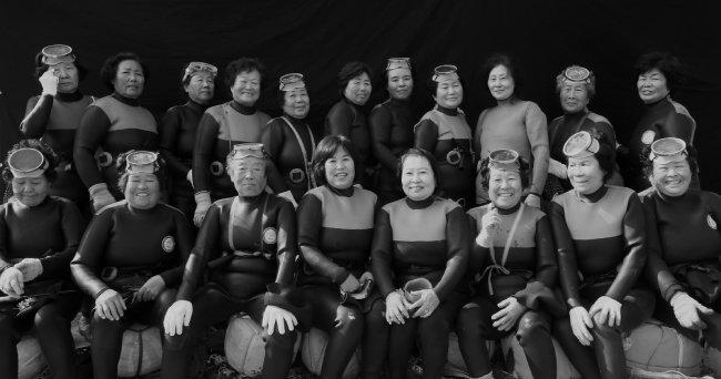 바다로 물질하러 가기 전 해녀들의 모습.