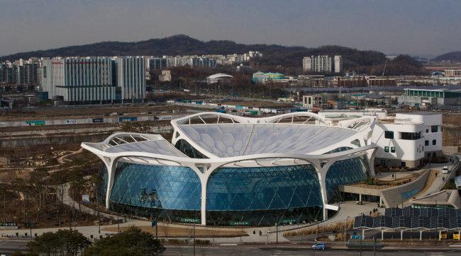 서울식물원 주제원 외관. 서울식물원은 열린숲, 주제원, 오수원, 습지원 등으로 구성돼 있다. 주제원은 다시 주제정원과 온실로 나뉘고, 온실은 열대관과 지중해관으로 구별된다.