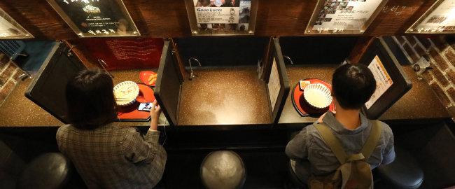 서울의 한 '1인 식당'에서 나홀로족이 '혼밥'을 즐기고 있다.