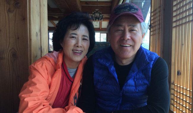 영원한 '장신 가드' 강현숙 씨(왼쪽)와 그에게 자서전을 선물한 남편 김종완 전 국민체육진흥공단 상무이사.