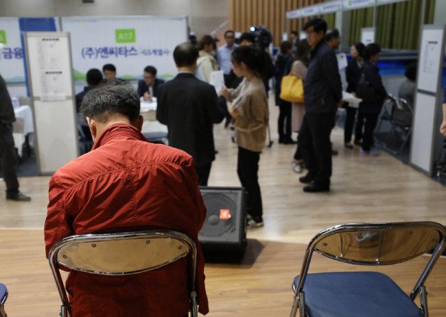 2017년 10월 24일 서울 서초구청에서 열린 '서초구 행복일자리 취업박람회'에서 구직자들이 상담을 기다리고 있다. [뉴시스]