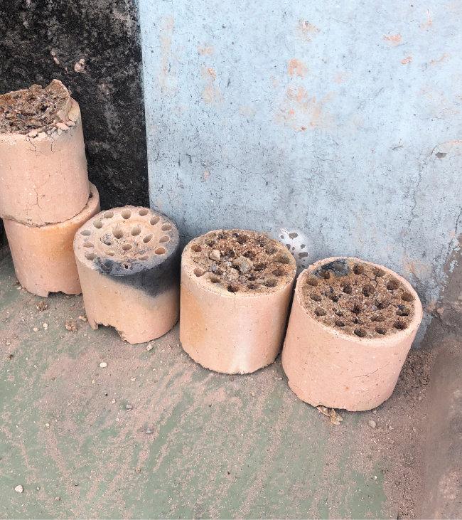 백사마을 곳곳에 쌓여 있는 연탄재. [사진 제공·연탄은행]