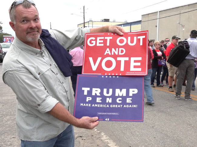 미국 중간선거를 하루 앞둔 2018년 11월 5일, 트럼프 대통령을 지지하는 한 유권자가 지지 피켓을 들고 있다. [동아일보 김정안 기자]