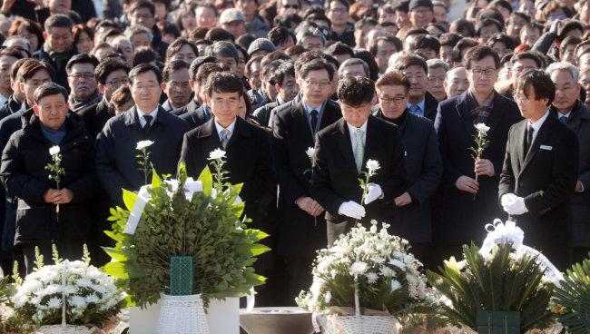 1월 1일 경남 김해시 봉하마을에서 유시민 노무현재단 이사장이 노건호 씨, 재단 회원들과 함께 노무현 전 대통령 묘소를 참배하고 있다. [박경모 동아일보 기자]