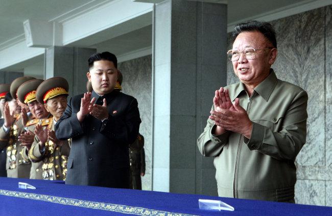 2010년 10월 10일 평양 시내에서 열린 조선노동당 창건 65주년 기념 군 퍼레이드를 참관한 김정일·정은 부자. [신화=뉴시스]