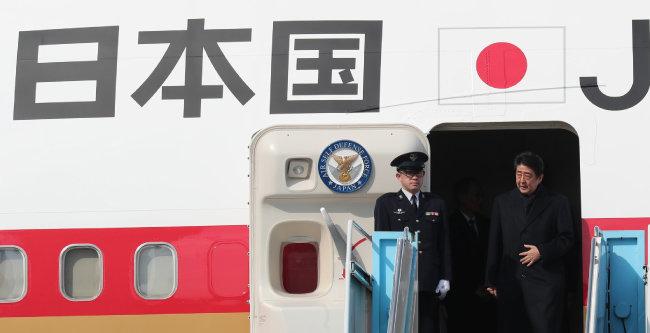 평창 동계올림픽 개막식 참석 차 방한한 아베 신조 일본 총리가 2018년 2월 9일 오후 강원 양양국제공항에 도착해 전용기에서 내리고 있다. [뉴스1]