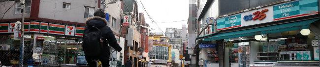 서울 도심 이면도로를 사이에 두고 마주한 편의점. [뉴시스]