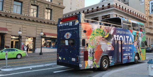 미국 샌프란시스코 도로에서 손님을 실은 2층 투어버스