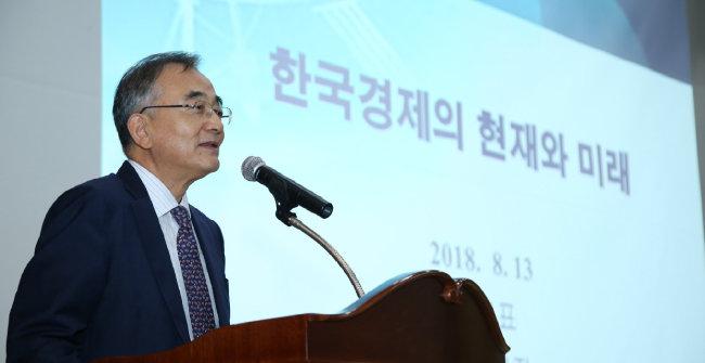 최정표 원장은 2018년 8월 13일 KDI국제정책대학원 주최 '공공관리자 국제정책 세미나'에서 '한국 경제의 현재와 미래'를 주제로 강연했다. [KDI]