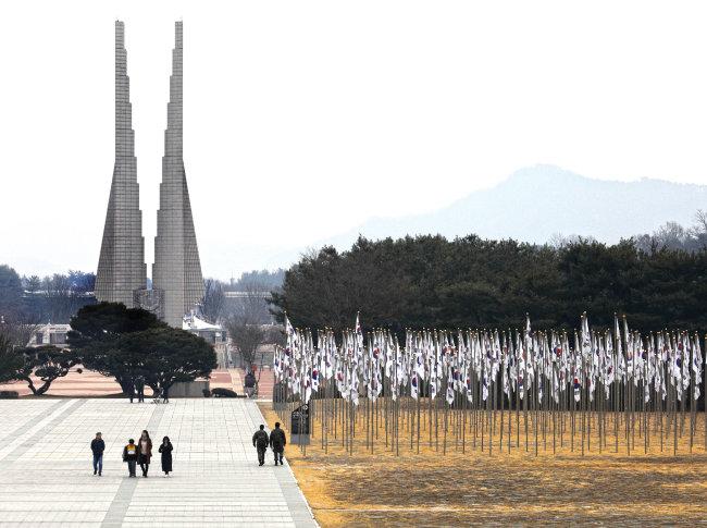 독립기념관 입구에 51m 높이의 '겨레의 탑'이 우뚝 서 있다.