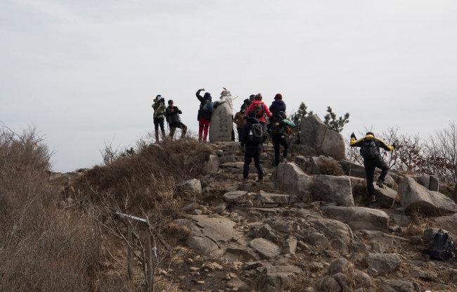 망운산 정상에서 환호하는 등산객들.