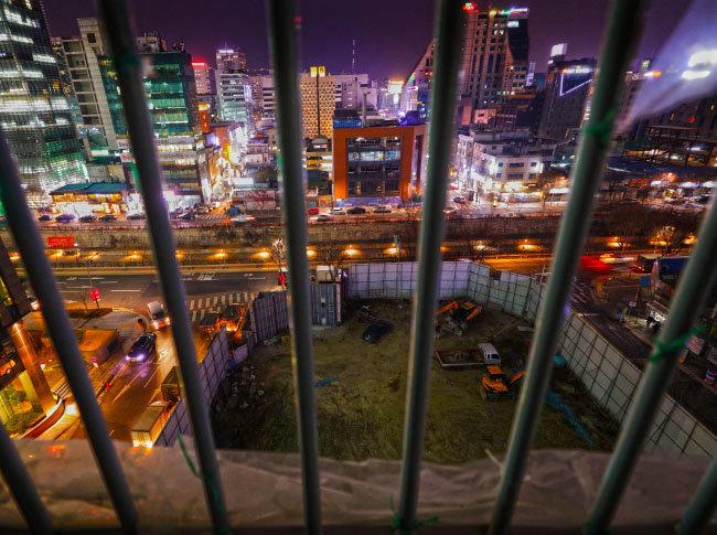 청계천 너머 종로의 화려한 불빛을 마주하고 있는 을지로 수표도시환경정비구역의 한 철거 현장.
