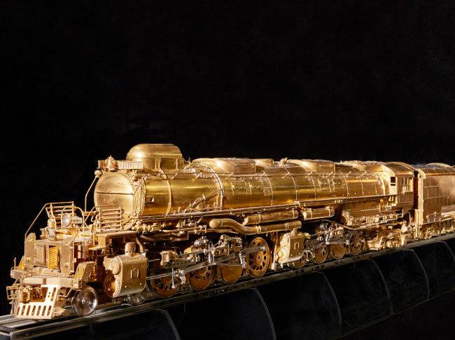 16분의 1 크기로 제작한 증기기관차 '빅보이' 모형. 100% 황동 소재로 무게 200kg, 길이는 255cm에 달한다. 미국 철도회사 유니언 퍼시픽에서 박물관 전시를 위해 2억여 원에 구매하겠다는 의사를 밝혔지만 팔지 않았다.