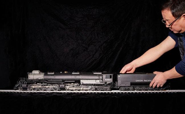 이현만 씨가 미국 대륙 횡단열차 '빅보이' 모형을 철로에 올리고 있다.