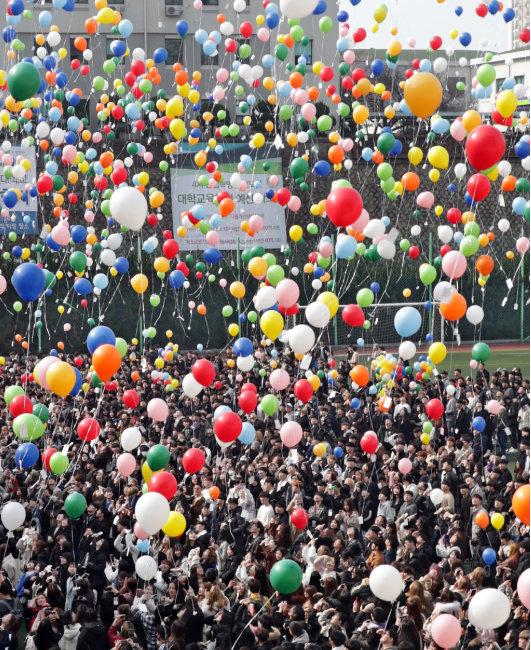 2월 26일 부산 남구 동명대 입학식에서 2000년생 신입생들이 풍선을 날리고 있다. [동아일보 박경모기자]
