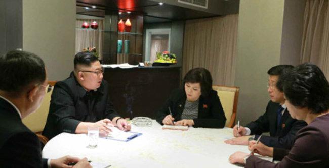 노동신문은 2월 27일 김정은 북한 국무위원장이 베트남 하노이 멜리아 호텔에서 제2차 북·미 정상회담 실무대표단의 보고를 받았다고 보도했다. [뉴시스]