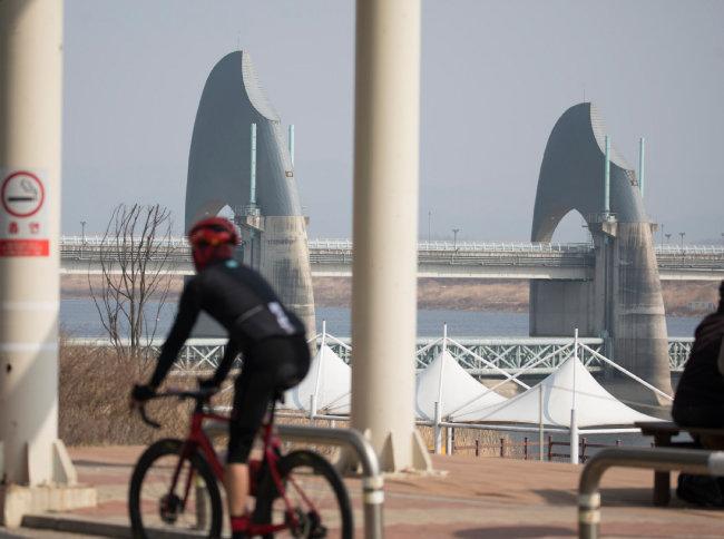영산강 승천보 옆으로 뚫린 자전거길.