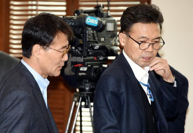 2017년 12월 18일 청와대 여민관에서 열린 수석보좌관회의에서 대화하고 있는 장하성 당시 정책실장(왼쪽)과 홍장표 당시 경제수석. [동아DB]