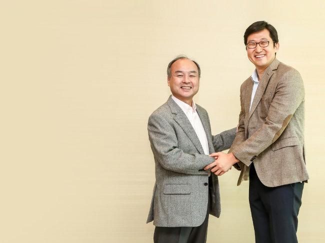 손정의 소프트뱅크 그룹 회장(왼쪽)과 김범석 쿠팡 대표. [쿠팡 제공]