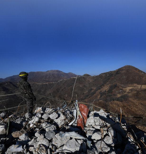 12월 12일 한 군인이 강원도 철원의 철거된 감시초소에서 북측을 바라보고 있다.