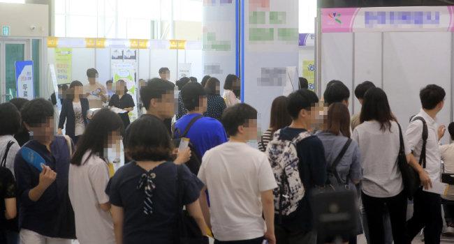 한 일자리박람회에서 취업준비생들이 면접을 보기 위해 줄을 서고 있다. [박영철 동아일보 기자]