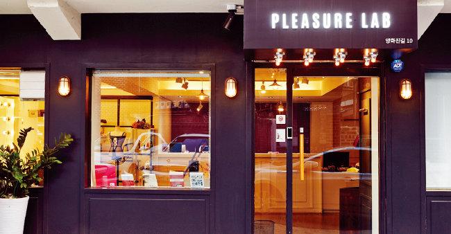 내·외부가 모두 카페를 연상케 하는 국내 1호 여성 전용 성인용품점 '플레저 랩'은 여성들이 쉽게 방문할 수 있도록 문턱을 낮춰 호평을 받고 있다. [사진 제공 · 플레저 랩]