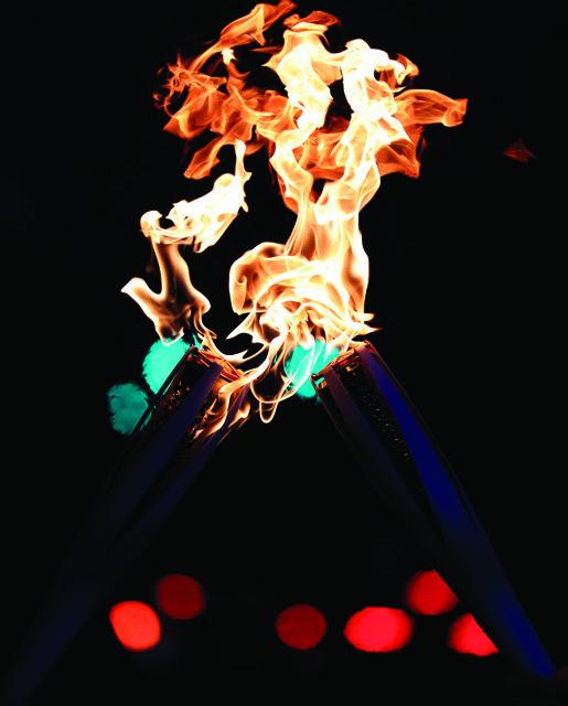 11월 1일 인청 송도 달빛축제공원에서 열린 성화 도착 축하행사에서 2018 평창동계올림픽 성화가 점화돼 타오르고 있다.