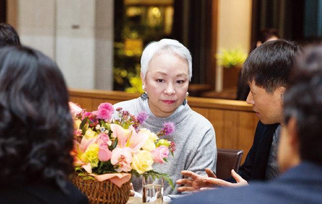 한국 팬클럽 회원들을 만난 진추하. 그는 시진핑 중국 국가주석의 부인 펑리위안 여사를 만나는 등 명사이기도 하다.[김도균 기자]