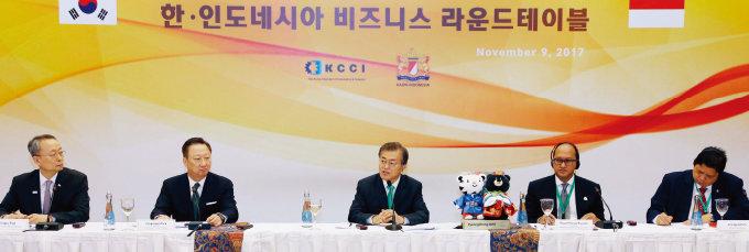 문재인 대통령이 11월 9일 인도네시아 자카르타에서 열린 '한-인도네시아 비즈니스 라운드테이블'에서 인사말을 하고 있다.[사진 제공·대한상공회의소]