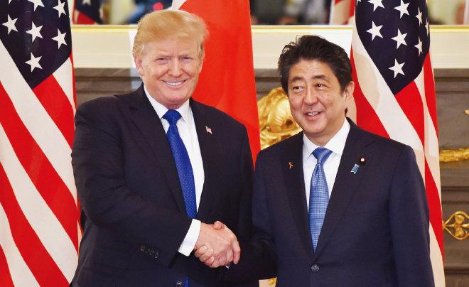 11월 6일 도널드 트럼프 미국 대통령(왼쪽)이 도쿄 아카사카궁에서 아베 신조 일본 총리와 정상회담을 갖기 전 악수하고 있다.[뉴시스]