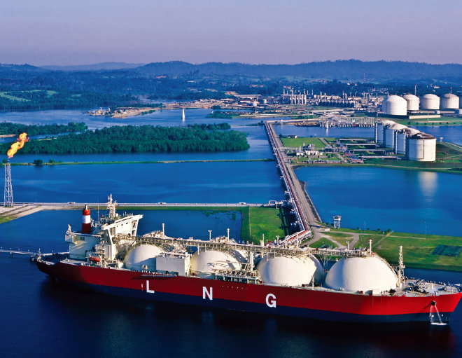 미국 액화천연가스(LNG) 운반선이 아시아로 수출할 LNG를 선적하고 있다. [사진 제공·Energy Resources]